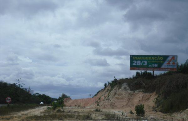Placa 08: Rodovia BR-101, Governador Mário Covas (próxima ao Grupo Petrópolis)